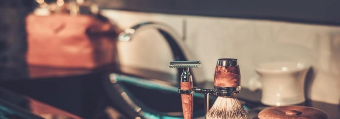 Ξύρισμα με ένα ξυραφάκι ασφαλείας.